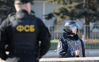 ФСБ проводит обыски в Крыму у двух участников незаконного вооруженного батальона Украины