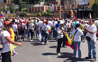 В районе казарм ВВС Венесуэлы собрались порядка 5 тыс. оппозиционеров