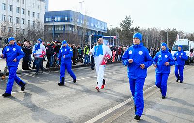 Тысячи зрителей приветствовали эстафету огня Универсиады в Красноярске