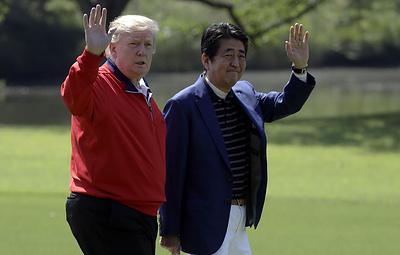 Абэ и Трамп сыграли в гольф в компании гольфиста Исао Аоки