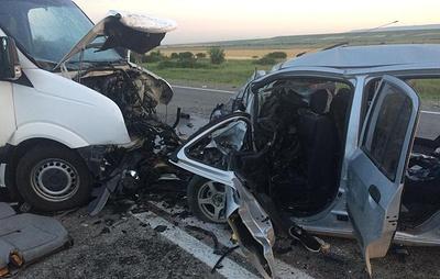 Двое погибли в столкновении автомобиля и микроавтобуса в Ставрополье