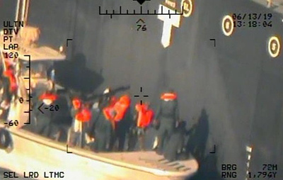 Военные США опубликовали фотографии, на которых иранцы якобы снимают мину с борта танкера
