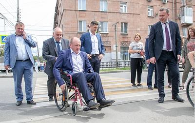 Мэр Нижнего Тагила заставил дорожников проехаться по улицам города в инвалидных колясках