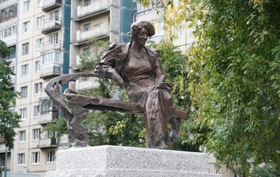 В одном из петербургских скверов установили скульптуру Фаины Раневской