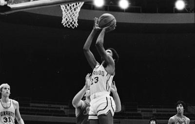В США игровую баскетбольную майку Барака Обамы продали на аукционе за $120 тыс.
