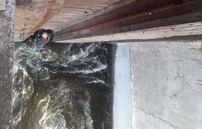 Двое мужчин 12 часов продержались на выступе плотины на Волге после крушения лодки