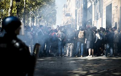 """Число задержанных в Париже в ходе протестов """"желтых жилетов"""" возросло до 106 человек"""