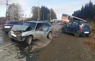 Один человек погиб в ДТП с участием четырех машин и автобуса в Свердловской области