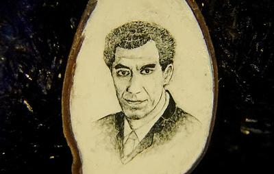 Новосибирский мастер нарисовал портрет ученого Лыщинского на срезе яблочной косточки
