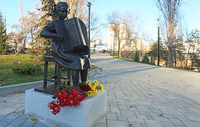 В Волгограде открыли памятник в честь 90-летия Пахмутовой
