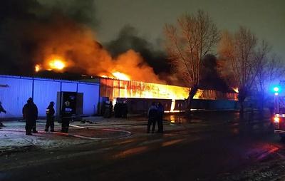В Екатеринбурге загорелся склад на рынке