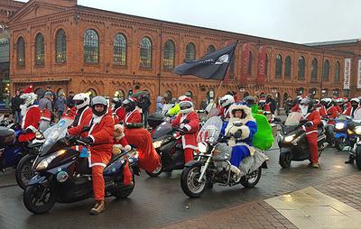 В Польше тысячи мотоциклистовпереоделись в костюмы Дедов Морозов, чтобы порадовать сирот