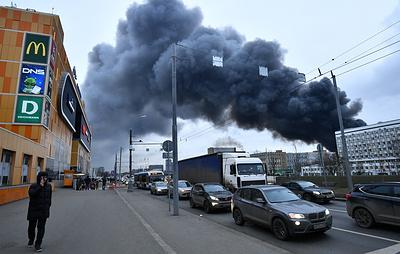 Стена горящего склада обрушилась на юге Москвы