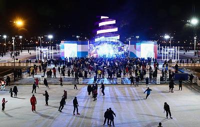 С городских катков в центр Москвы привезли снег