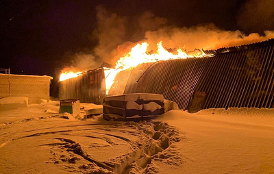 На Ямале горит бокс с техникой на площади около 1 тыс. кв. м