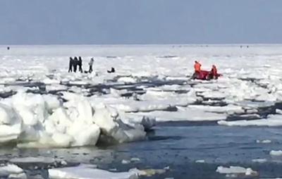 Спасатели на Сахалине эвакуируют рыбаков, оказавшихся на оторвавшейся льдине