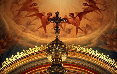 В РПЦ объяснили причины золотого убранства храмов и богатого облачения архиереев