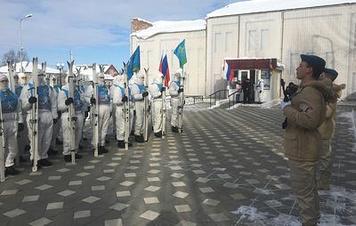 Участники марш-броска ВДВ возложили цветы к военному мемориалу в Ростовской области