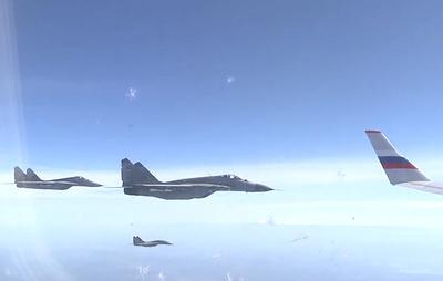 Минобороны опубликовало видео сопровождения самолета Шойгу сербскими истребителями