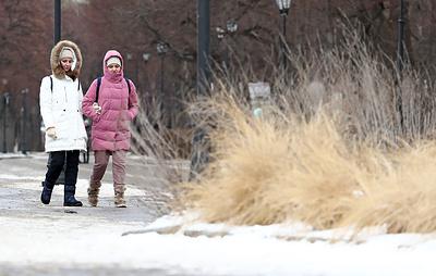 В Гидрометцентре посоветовали москвичам не убирать далеко зимнюю одежду