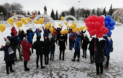 Ульяновские активисты выстроились в виде звезды в память о подвиге погибшего в Сирии героя