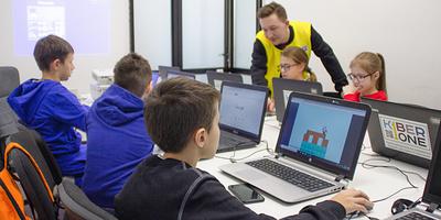 Отвлечь детей от гаджетов: как российская кибершкола стала крупным международным проектом