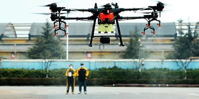 Роботы привозят еду, а дроны следят за людьми. Технологии в Китае против коронавируса