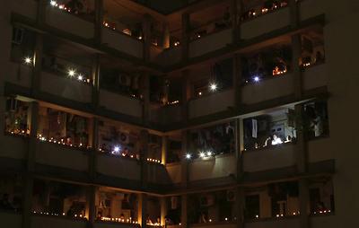 В Индии зажгли миллионы светильников в знак единства в борьбе с коронавирусом