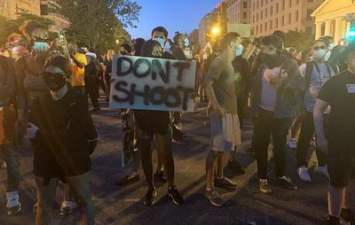 Полицейские в Вашингтоне стреляют в протестующих шариками со слезоточивым веществом