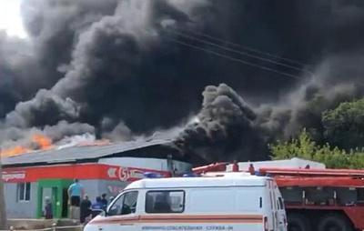В Челябинской области горит крыша магазина на площади 2,1 тыс. кв. м