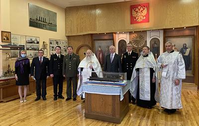 """Российские дипломаты передали православному собору в Филадельфии макет подлодки """"Курск"""""""
