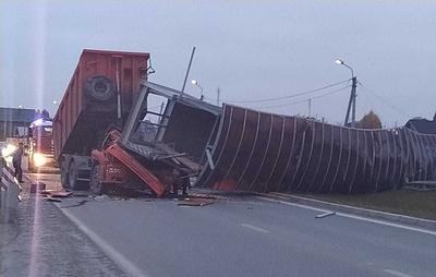 В Свердловской области водителя грузовика насмерть придавило упавшим надземным переходом