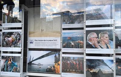 Архивные и современные кадры ТАСС украсили офис агентства к 95-летию его фотослужбы