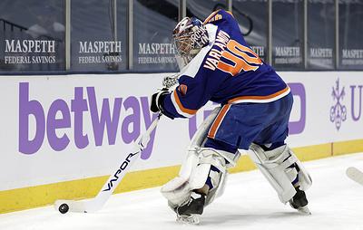 """""""Айлендерс"""" обыграли """"Бостон"""" в матче НХЛ. Варламов отразил 34 броска и отдал голевой пас"""