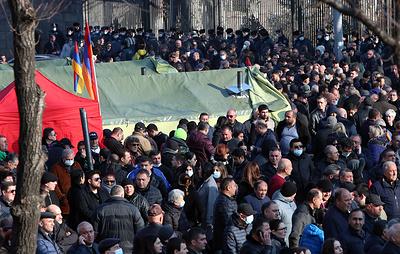 У здания парламента в Ереване проходит митинг оппозиции
