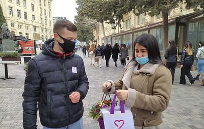 В странах СНГ женщинам дарили цветы на акции в честь 8 марта