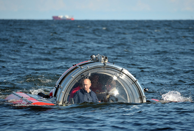 """Russian President Vladimir Putin dives in the Gulf of Finland to the place where sailing screw frigate """"Oleg"""" that sunk in 1869 was found"""