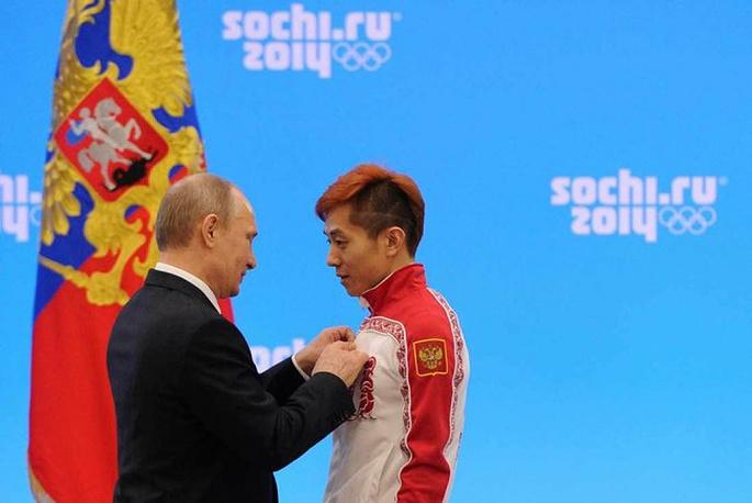 Vladimir Putin awarding short tracker Viktor Ahn