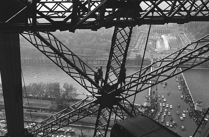 The tower consists of more than 18.000 metal details. Photo: the first climb up the tower in 1964