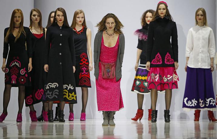 Designer Darya Razumikhina (center)