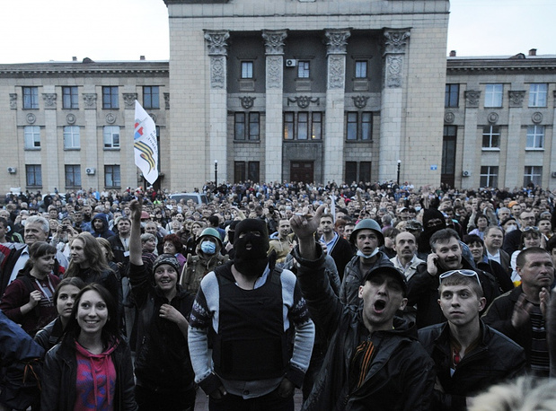 A demonstration started Tuesday evening in front of the regional police office in Luhansk