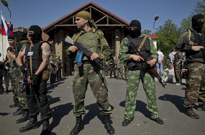 Gunmen form a perimeter outside an entrance to the residence of Ukrainian metals tycoon Rinat Akhmetov