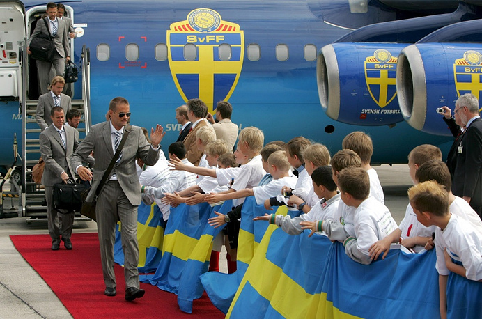 The plane carrying Swedich national team pictures symbols of the Swedish football association