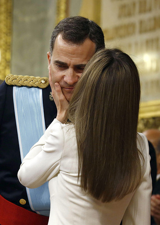 Spain's Queen Letizia (front) kisses new King Felipe VI