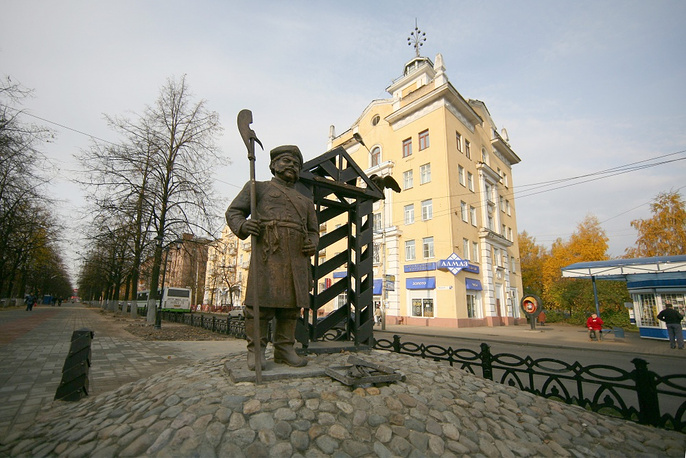 Sculpture of a gate keeper in Yaroslavl