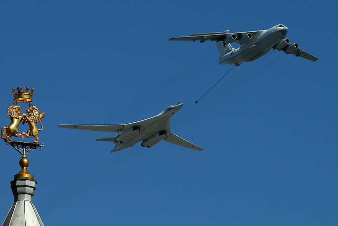 Il-78 (right) and Tu-160 (left)