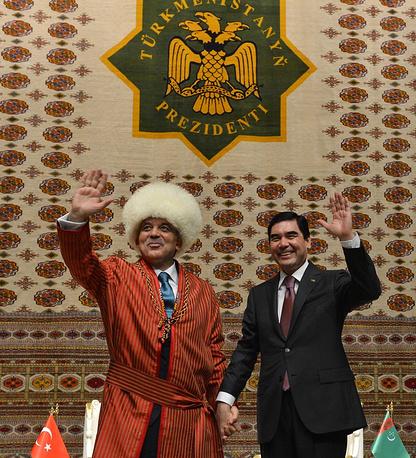 Turkish President Abdullah Gul in traditional Turkmen dress, and his Turkmen counterpart Gurbanguli Berdymukhamedov
