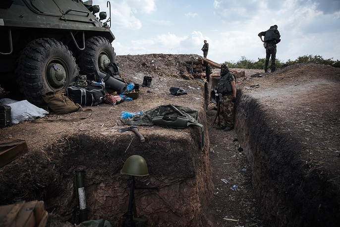 On Monday, Donetsk militia reported encircling several Ukrainian army groupings. Photo: Ukrainian soldiers in a trench in the Donetsk Region