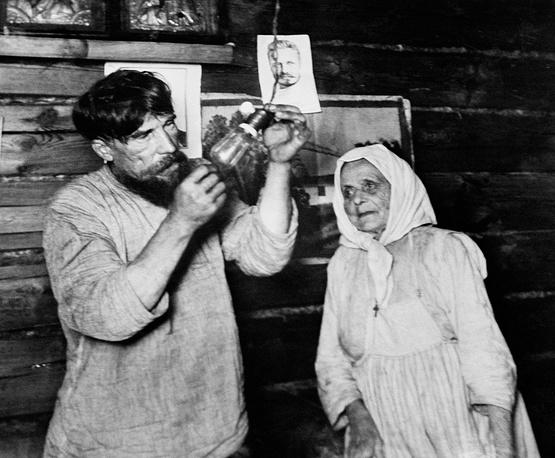 First electric lighting bulb, 1925
