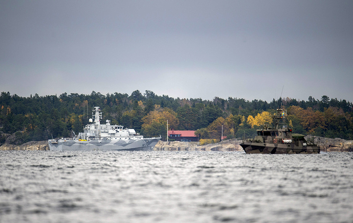Photo: The Swedish minesweeper HMS Kullen and a guard boat in Namdo Bay, Sweden, 21 October 2014